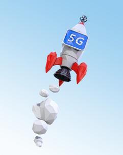 ローポリゴンのロケットに「5G」と表示しているモニターを搭載されている。5Gのコンセプトの写真素材 [FYI04646476]