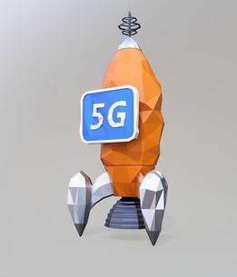 ローポリゴンのロケットに「5G」と表示しているモニターを搭載されている。5Gのコンセプトの写真素材 [FYI04646478]
