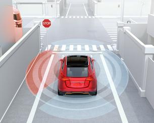 車間通信で幹線道路に合流するSUVがトラックとの出会い頭事故を回避。コネクテッドカーコンセプトの写真素材 [FYI04646480]