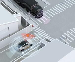 車間通信で幹線道路に合流するSUVがトラックとの出会い頭事故を回避。コネクテッドカーコンセプトの写真素材 [FYI04646482]