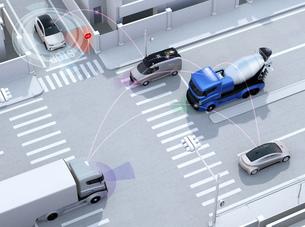 交差点にクルマ同士が無線通信でスムーズな交通環境を維持する。コネクテッドカーコンセプトの写真素材 [FYI04646486]