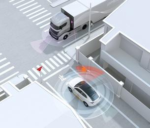「止まれ」標識の前一時停止するSUVの前にトラックが通過する。コネクテッドカーコンセプトの写真素材 [FYI04646488]