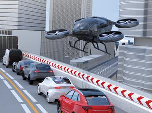 高速道路に渋滞している車列の上空を飛行する自動運転ドローンタクシーのイメージ。空飛ぶ車のコンセプトの写真素材 [FYI04646568]