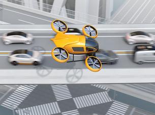 高速道路に渋滞している車列の上空を飛行する自動運転ドローンタクシーのイメージ。空飛ぶ車のコンセプトの写真素材 [FYI04646575]