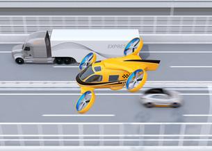 高速道路に隊列走行している大型トラック、ドローンタクシーのイメージの写真素材 [FYI04646576]