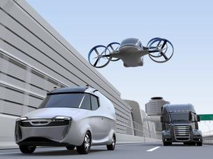 高速道路に走行している配達バン、トラックと上空を飛行しているドローンタクシーのイメージの写真素材 [FYI04646581]
