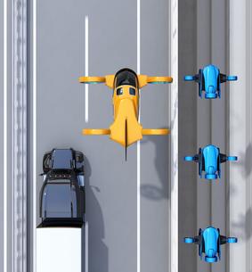 高速道路に隊列走行している大型トラック、配達ドローンとドローンタクシーの鳥瞰イメージの写真素材 [FYI04646586]