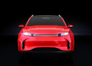 黒背景にメタリックレッドの電動SUVの正面イメージの写真素材 [FYI04646600]