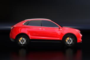黒背景にメタリックレッドの電動SUVのイメージの写真素材 [FYI04646602]