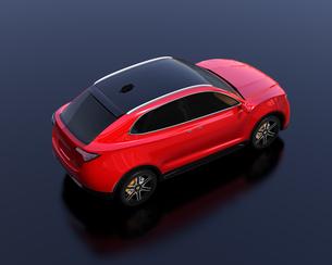 黒背景にメタリックレッドの電動SUVのイメージの写真素材 [FYI04646603]