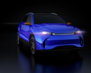 黒背景にメタリックブルーの電動SUVのイメージの写真素材 [FYI04646605]