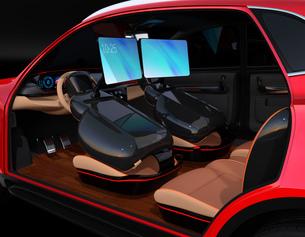 シートに収納可能な折畳式モニターでビデオ会議。自動運転車におけるワークスタイルのコンセプト提案の写真素材 [FYI04646608]