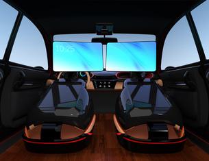 シートに収納可能な折畳式モニターでビデオ会議。自動運転車におけるワークスタイルのコンセプト提案の写真素材 [FYI04646612]
