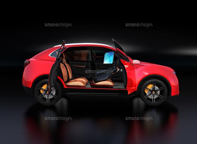 シートに収納可能な折畳式モニターでビデオ会議。自動運転車におけるワークスタイルのコンセプト提案の写真素材 [FYI04646614]