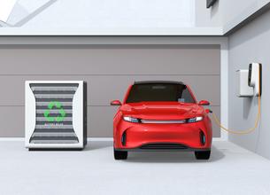 EV使用済みのバッテリー再利用リユースシステムで電気自動車や家に電力供給するコンセプトの写真素材 [FYI04646627]