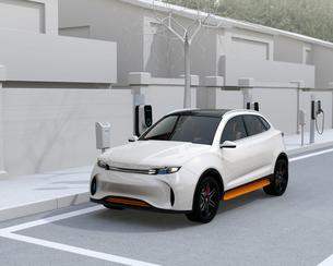 路肩駐車中の電動SUVが急速充電しているイメージの写真素材 [FYI04646632]