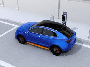 路肩駐車中の電動SUVが急速充電しているイメージの写真素材 [FYI04646634]