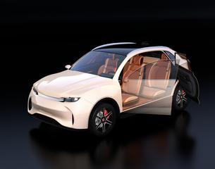 黒背景にアイボリー色の電動SUVのインテリアイメージの写真素材 [FYI04646647]