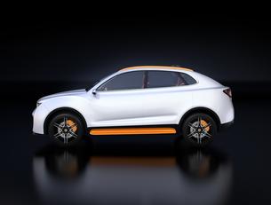 黒背景にシルバー色の電動SUVのイメージの写真素材 [FYI04646649]