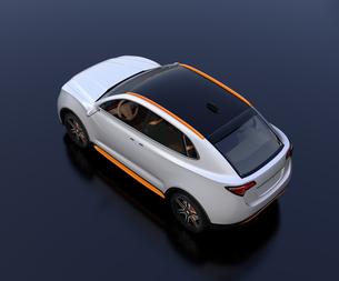 黒背景にシルバー色の電動SUVの後ろイメージの写真素材 [FYI04646651]