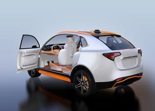 シルバー色の電動SUVのインテリア後部イメージの写真素材 [FYI04646652]