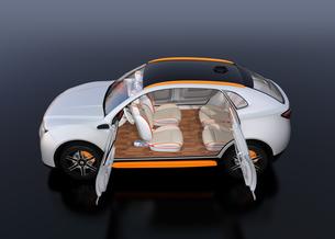 シートに収納可能な折畳式モニターでビデオ会議。自動運転車におけるワークスタイルのコンセプト提案の写真素材 [FYI04646653]