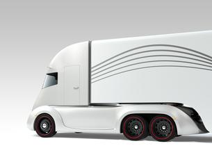 シルバー色の自動運転電動セミトラックの斜め後ろイメージの写真素材 [FYI04646662]