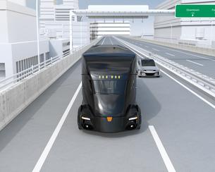 高速道路に走行している黒色の自動運転電動トラックの正面イメージの写真素材 [FYI04646677]