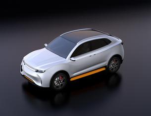 黒バックにシルバー色の電動SUVのイメージの写真素材 [FYI04646698]