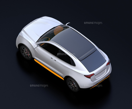 黒バックにシルバー色の電動SUVのイメージの写真素材 [FYI04646703]