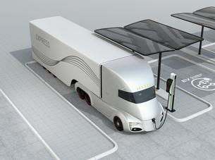 急速充電ステーションに充電中の電動セミトラックのイメージの写真素材 [FYI04646740]