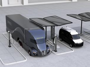 急速充電ステーションに充電中の電動セミトラックとミニバンの写真素材 [FYI04646743]