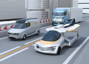 高速道路に自動車と並走しているフライングカーのコンセプトイメージの写真素材 [FYI04646759]