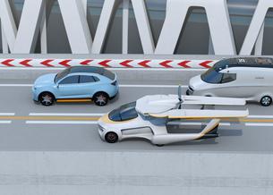 高速道路に自動車と並走しているフライングカーのコンセプトイメージの写真素材 [FYI04646763]