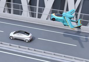 高速道路走行中の車の上空を通過するフライングカー(空飛ぶ車)のコンセプトイメージの写真素材 [FYI04646797]
