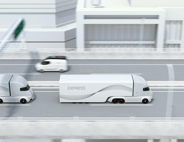 高速道路に縦列走行している自動運転電動トラックミニバンのイメージの写真素材 [FYI04646798]