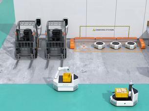 物流倉庫に充電中の電動フォークリフト車と搬送ロボットのイメージの写真素材 [FYI04646827]