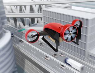高速道路の上空を飛行するVTOL式配達ドローンのイメージ。超高速配達のコンセプトの写真素材 [FYI04646844]