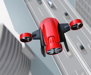 高速道路の上空を飛行するVTOL式配達ドローンのイメージ。超高速配達のコンセプトの写真素材 [FYI04646848]
