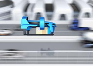 高速道路の横に飛行している青色のVTOL式配達ドローンのイメージ。超高速配達のコンセプトの写真素材 [FYI04646849]