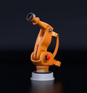 黒バックにオレンジ色の大型産業用ロボットのイメージの写真素材 [FYI04646882]
