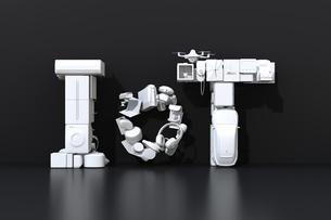 黒背景に白いスマート家電とEVで表現したIoT文字。暮らしにあるモノのインタネットコンセプトの写真素材 [FYI04646923]