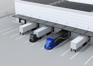 物流センタートラックターミナルの屋上にソーラーパネルが設置されている。環境配慮型物流センターの写真素材 [FYI04646928]