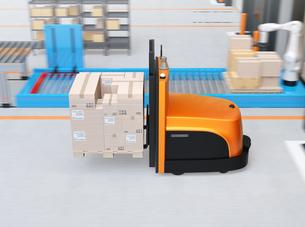 物流センターに梱包パレットを運搬するバッテリー式自動運転フォークリフト車のイメージの写真素材 [FYI04646930]