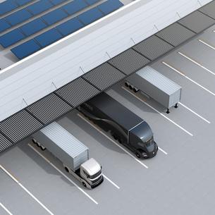 物流センタートラックターミナルの屋上にソーラーパネルが設置されている。環境配慮型物流センターの写真素材 [FYI04646936]
