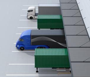 物流センタートラックターミナルの前にある電動トラックの側面イメージの写真素材 [FYI04646938]