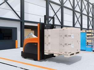 物流センターに梱包パレットを運搬するバッテリー式自動運転フォークリフト車のイメージの写真素材 [FYI04646941]