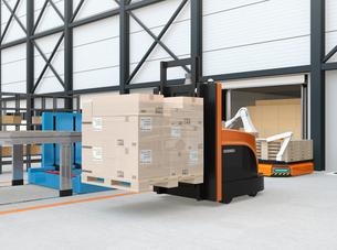 物流センターに梱包パレットを運搬するバッテリー式自動運転フォークリフト車のイメージの写真素材 [FYI04646944]