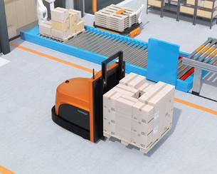 物流センターに梱包パレットを運搬するバッテリー式自動運転フォークリフト車のイメージの写真素材 [FYI04646946]