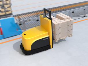 物流センターに梱包パレットを運搬するバッテリー式自動運転フォークリフト車のイメージの写真素材 [FYI04646949]
